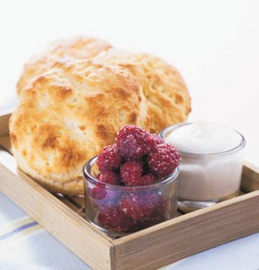 Scones med syrlig grdde och rrrda hallon